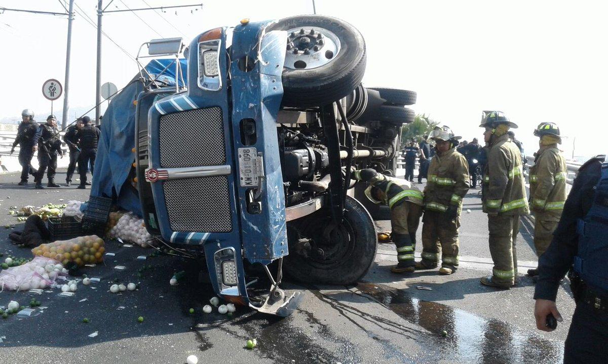 Vuelca camión en Eje 3 Oriente tras chocar varios vehículos