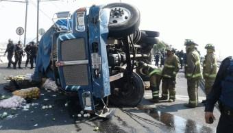 Vuelca camión en Taxqueña y Eje 3 Oriente