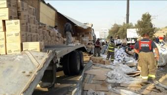 auto y trailer vuelcan en calles del valle de mexico