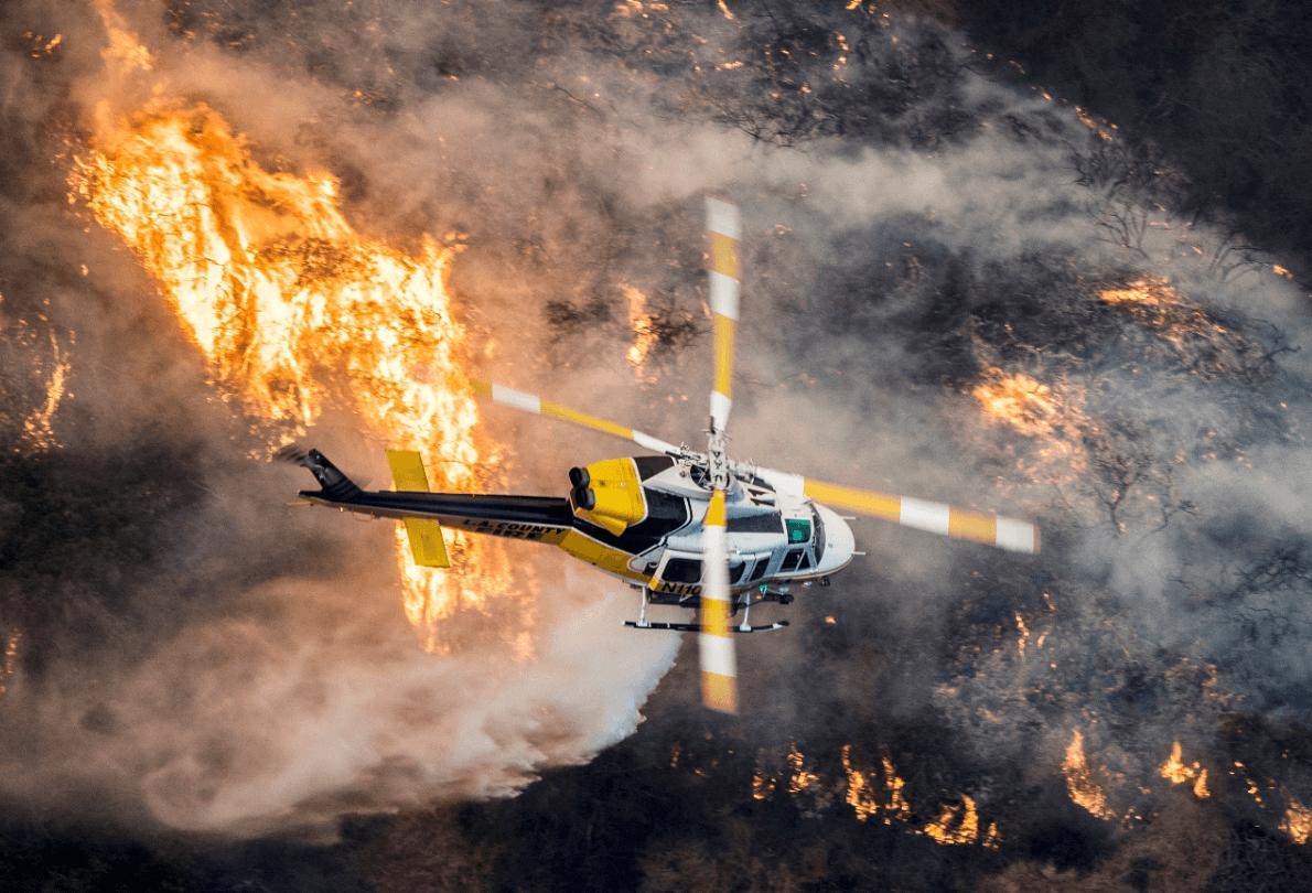 Un helicóptero de los bomberos combate el fuego en California