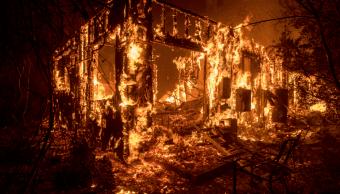 Una casa es consumida por el fuego en California. (AP)