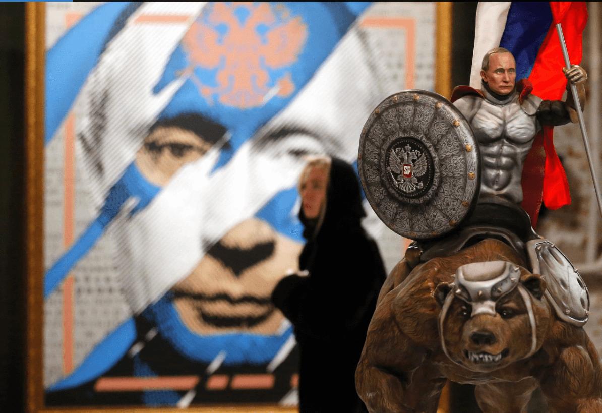 Una mujer visita el Museo de Arte Ultramoderno en Moscú