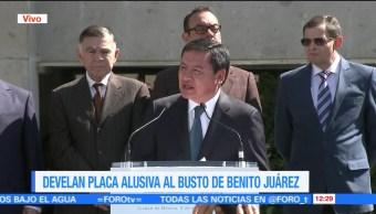 Osorio Chong devela placa alusiva al busto de Benito Juárez