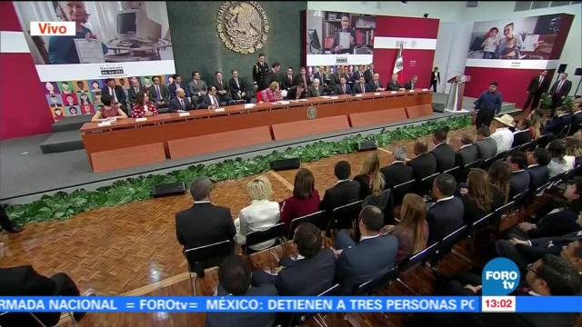 Peña Nieto entrega actas de nacimiento tramitadas en línea
