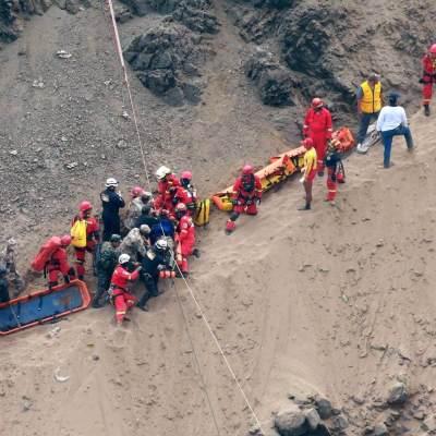 Sobreviviente en Perú saltó segundos antes de caer el autobús al acantilado
