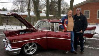 Joven sorprende a su abuelo al restaurar su automóvil del año 1957