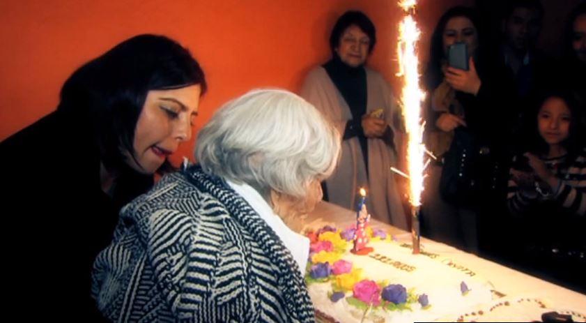 Mexicana cumple 111 años de edad y su familia se los festeja