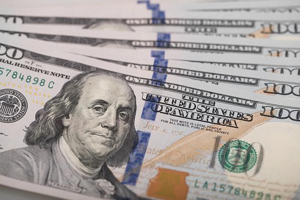 El dólar cierra la semana con retroceso