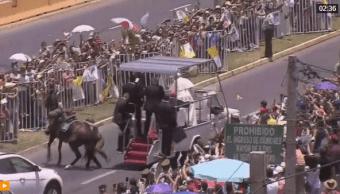 El papa detiene el papamóvil para ayudar a carabinera en Chile