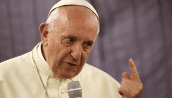 El papa Francisco habla con periodistas a bordo del avión