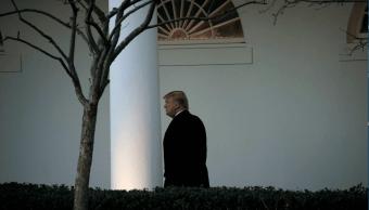 El presidente Trump caminando en la Casa Blanca