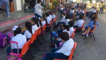 Alumnos de Oaxaca toman clases en la calle; exigen reconstrucción de planteles