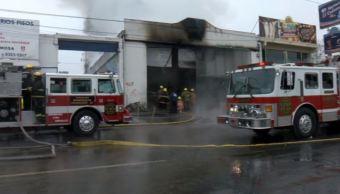 Incendio en fábrica de pinturas en Nuevo León deja bomberos heridos