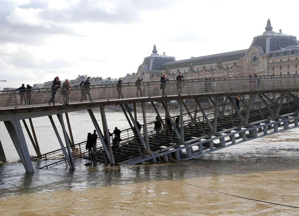 Inundaciones amenazan París cierran carreteras