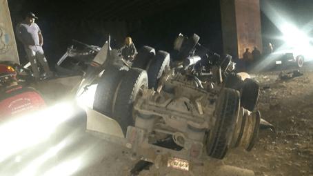trailer se desploma de puente de 15 metros en nuevo leon