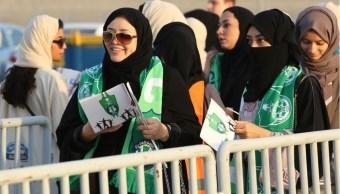 mujeres de arabia saudita acuden a estadio por primera vez