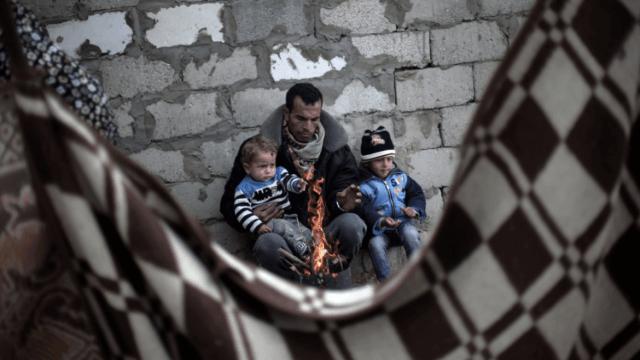 Palestinos se protegen del frío en Gaza. (AP, archivo)
