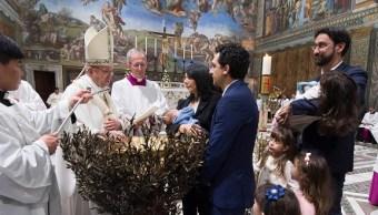 El papa Francisco bautiza a 34 niños en la Capilla Sixtina