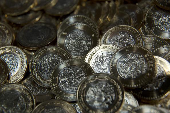 Dólar inicia la semana por debajo de los 19 pesos en bancos