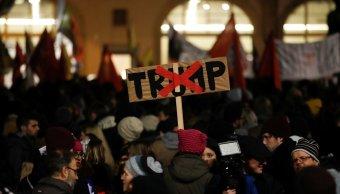 Miles protestan Trump participación Foro Económico Davos