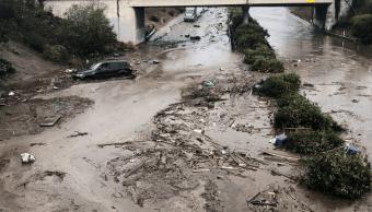 Los equipos de rescate buscan a desaparecidos tras aludes en California
