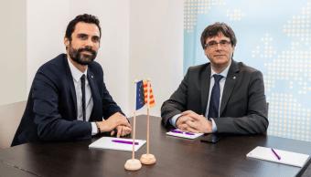 Roger Torrent y Carles Puigdemont. (AP)