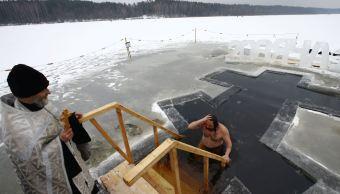 Rusos desafían el frío con celebraciones masivas de la Epifanía