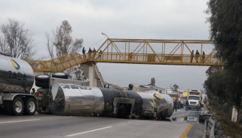 Cierran autopista México-Querétaro por volcadura de pipa en el km 60