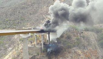 Vuelca pipa en puente de Cuacnopalan-Oaxaca. (Twitter @luismiguelbaraa)