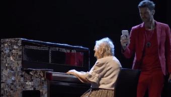 Abuelita toca el piano en concierto y cumple su sueño
