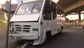 Microbús choca contra fachada de una casa en Periférico Norte