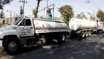 Llevan agua a afectados por sismos en Venustiano Carranza
