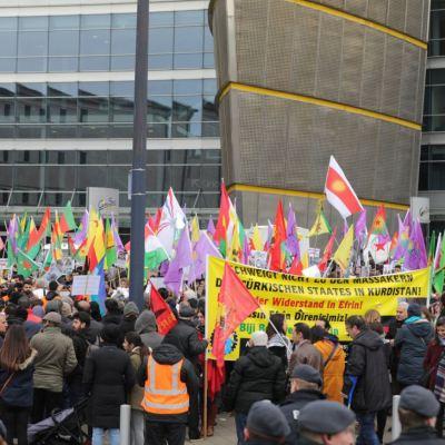 Refugiados árabes marchan contra discursos de odio en Alemania