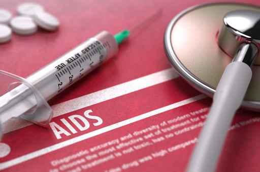 Médico sin licencia infecta a personas de VIH