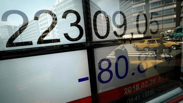 Bolsa de Tokio cierra en rojo, presionada en Wall Street