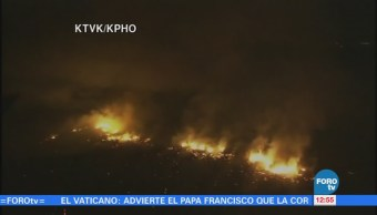 Bomberos intentan sofocar un incendio forestal en Arizona