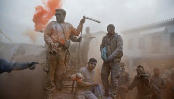 Carnaval Galaxidi Grecia termina guerra harina