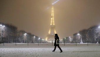 Cierran Torre Eiffel fuertes nevadas París