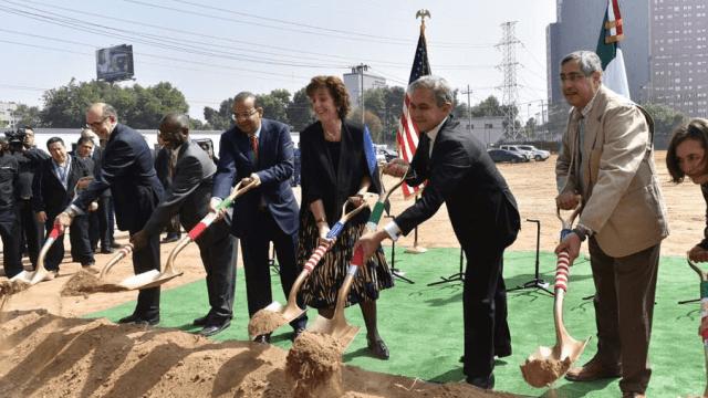 Colocan primera piedra de nueva sede de embajada EU en la CDMX