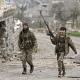 Combatientes sirios respaldados por Turquía caminan por la zona de Afrín