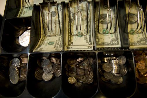 El dólar cierra en 19.18 pesos a la venta
