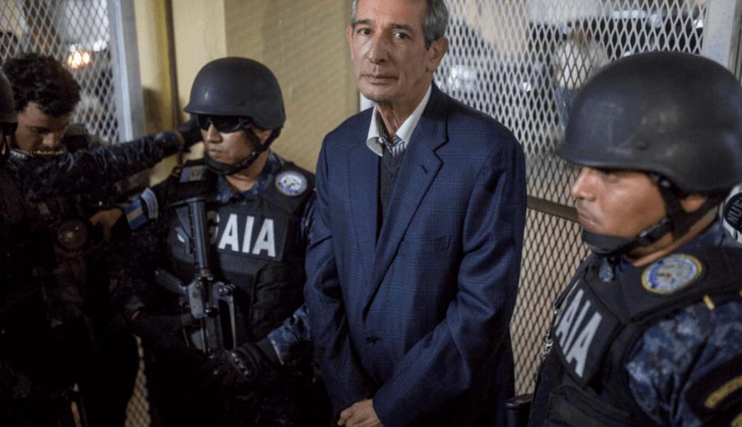 El expresidente de Guatemala Álvaro Colom es escoltado por policías