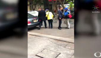 Escoltas agreden a una policía de tránsito para evitar araña