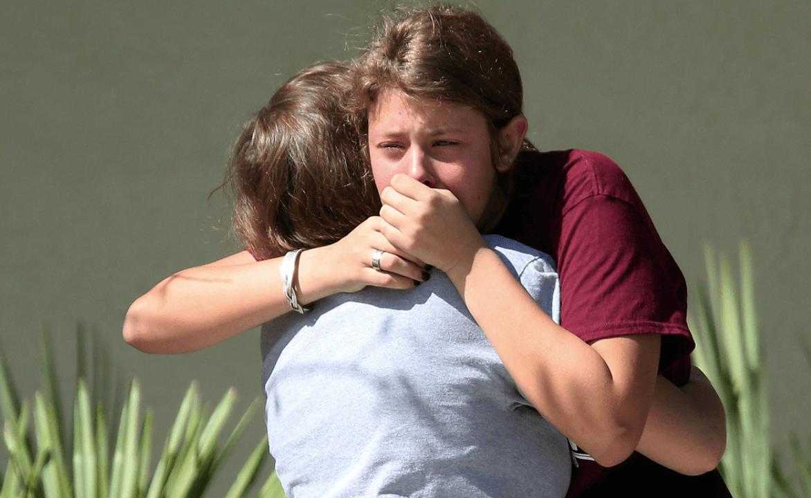 Estudiantes lloran luego del tiroteo que dejó 17 muertos en Florida