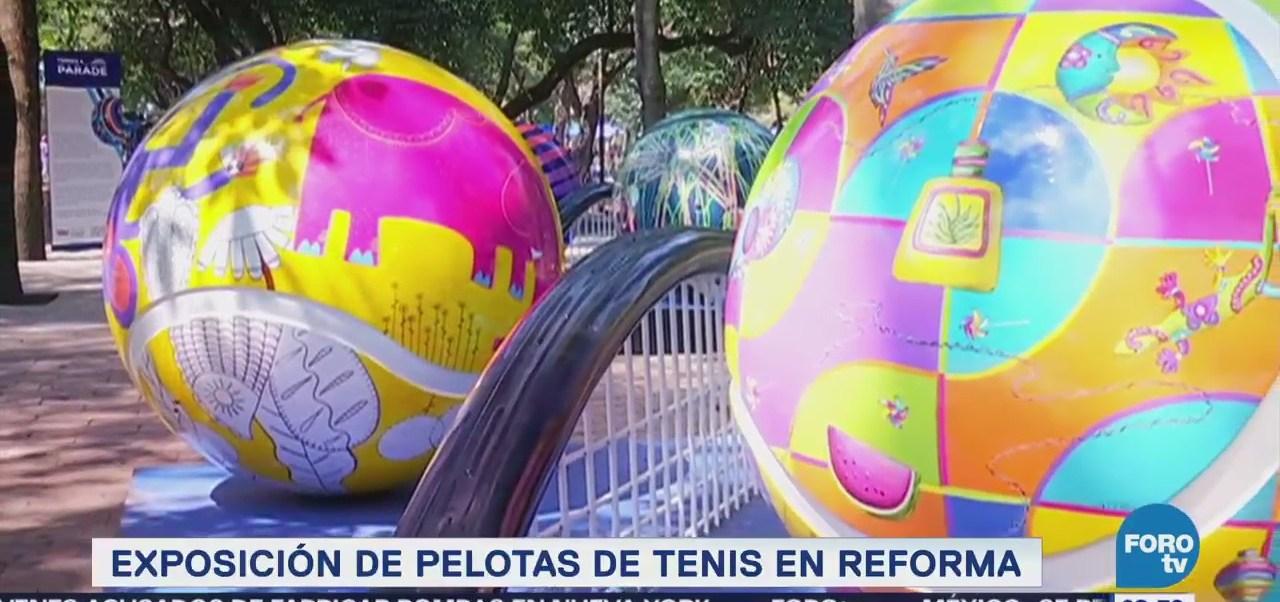 Exposición de pelotas de tenis en Reforma, CDMX