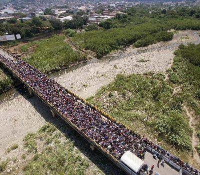 Miles de venezolanos cruzan la frontera hacia Colombia tras anuncio de Santos