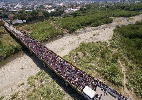 Miles de venezolanos se apresuran a cruzar la frontera hacia Colombia