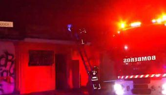Sofocan incendio en bar abandonado en la colonia Nativitas, CDMX. (Noticieros Televisa)