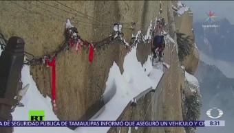 Joven limpia nieve en el Monte Hua de China
