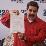 Maduro festeja tras formalizar candidatura a la reelección en Venezuela